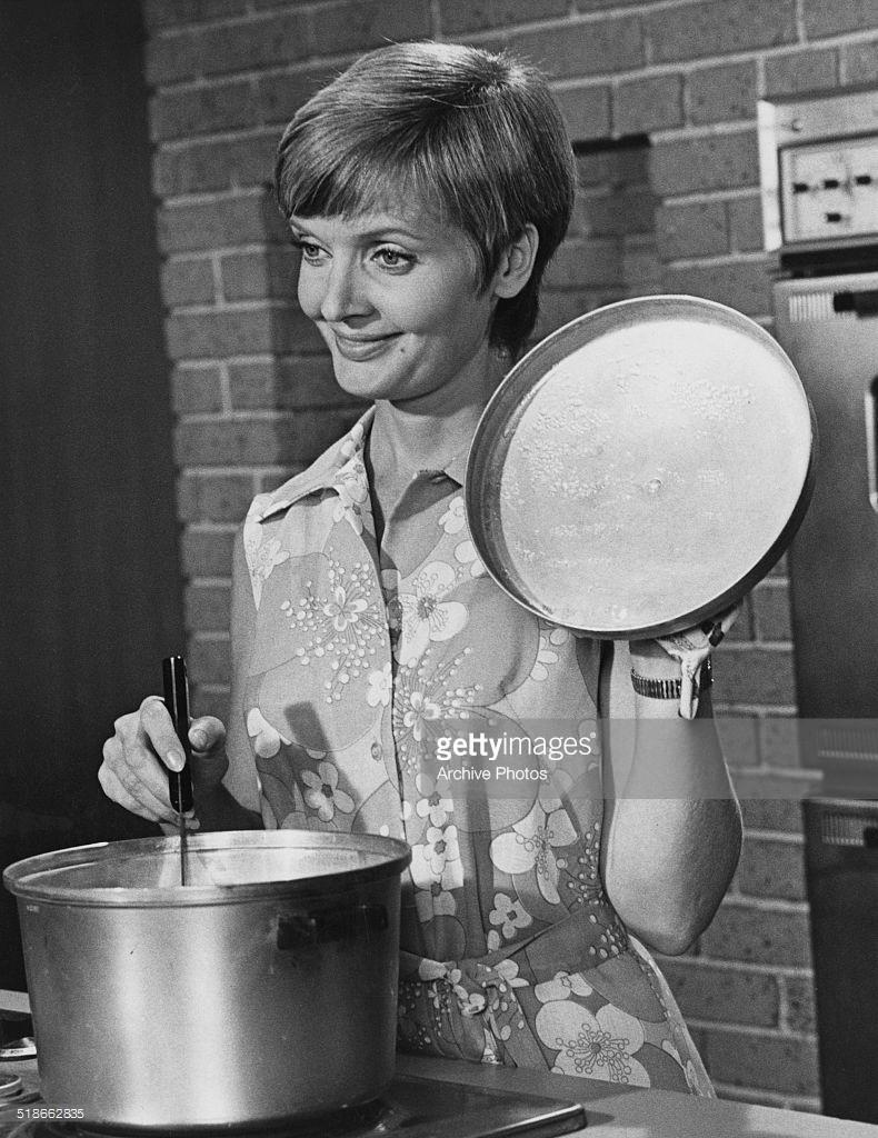atriz americana cozinhando na panela de alumínio