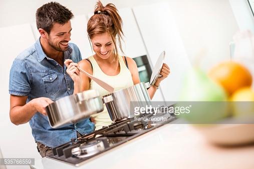 casal cozinhando com panelas de alumínio