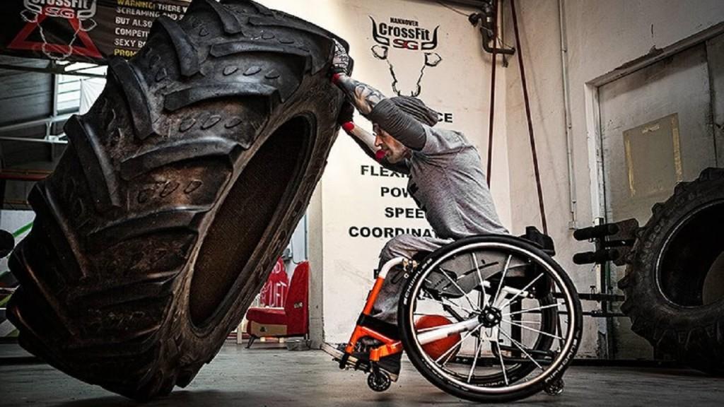 cadeirante empurrando roda de trator crossfit
