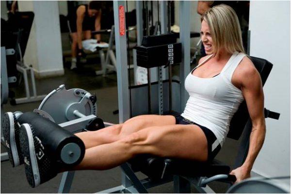 mulher treinando extensão de perna com intensidade fazendo força