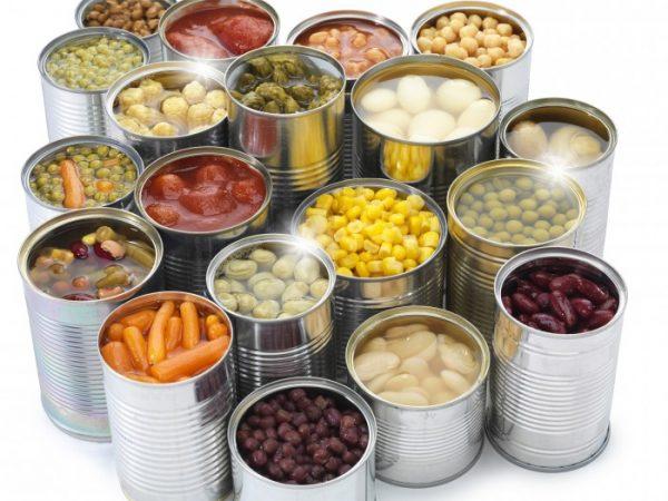 alimentos enlatados em conserva, milho, ervilha, salsicha, azeitona, ovo de codorna