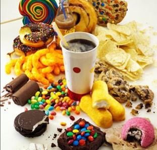 alimentos com gordura trans: sorvete, margarina, sorvete, biscoito, bolacha, batata frita, salgadinho, doces