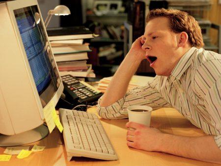 homem com sono em frente ao computador