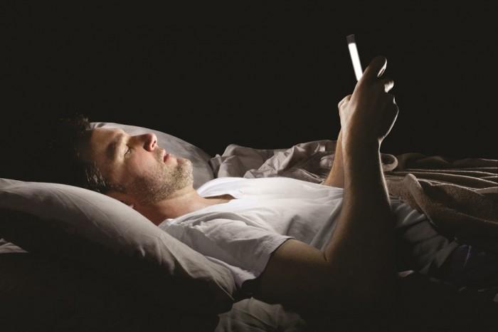 homem usando celular antes de dormir