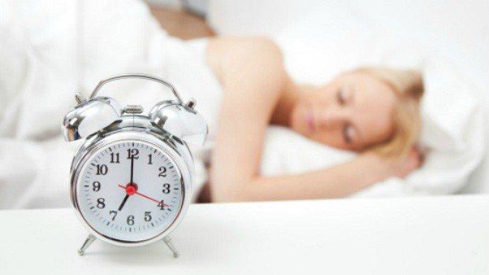 mulher dormindo com despertador
