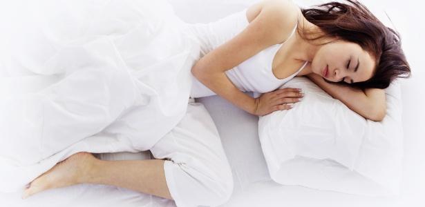 mulher dormindo de branco