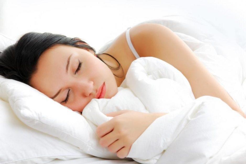 mulher dormindo no travesseiro